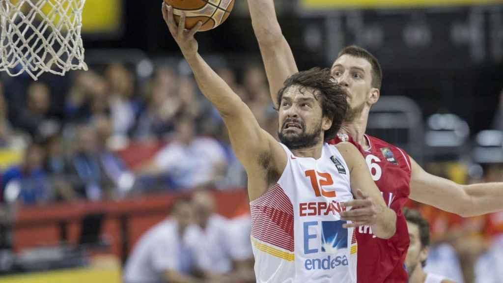 Sergio Llull intenta anotar en un partido con España.