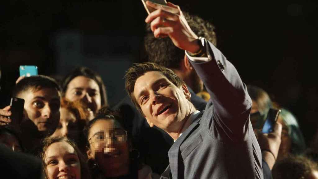 El actor Oliver Phelps toma selfis antes del photocall de inauguración de Harry Potter Exhibition