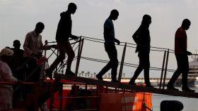 Un grupo de inmigrantes desembarca en Cartagena.