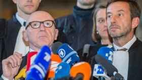 Paul Bekaert (izda), abogado de Puigdemont y Christophe Marchand, letrado de la exconsejera Meritxell Serret