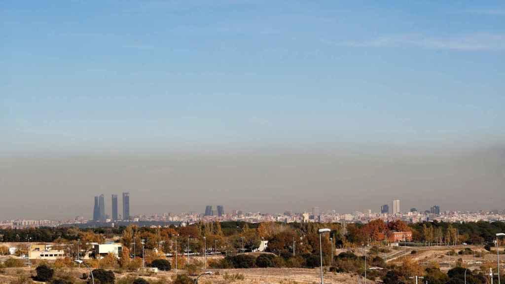 Contaminación sobre Madrid. El ayuntamiento impone restricciones al tráfico rodado.