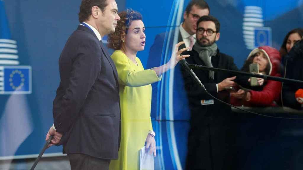 La ministra de Sanidad, Dolors Montserrat, habla con la prensa antes de la votación de la EMA