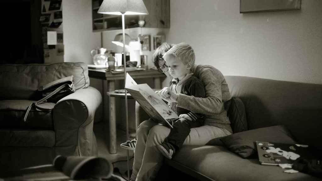 Hay que implicar a los niños en los hábitos de lectura desde pequeños.