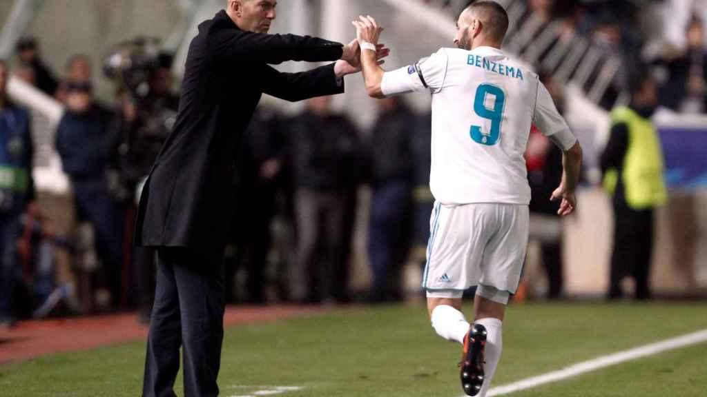 Benzema saluda a Zidane en uno de sus goles.