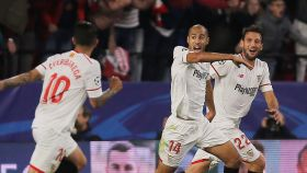 Los jugadores del Sevilla celebran el gol de Pizarro.
