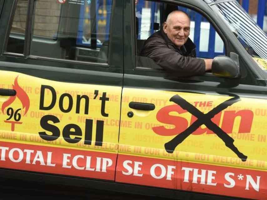 Un taxista de Liverpool, Scott Patterson, posa con la campaña anti The Sun