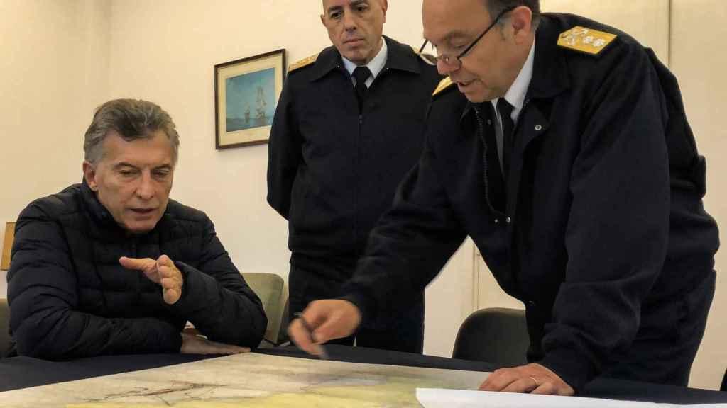 El presidente argentino Mauricio Macri y miembros de la Armada argentina en la Base Naval de Mar del Plata