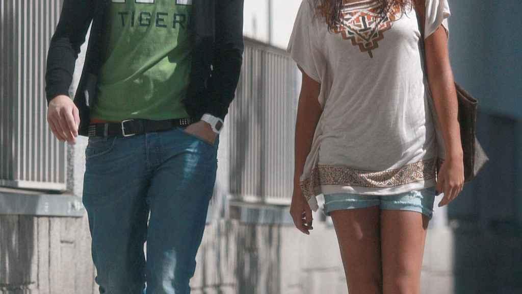 La entonces pareja paseando