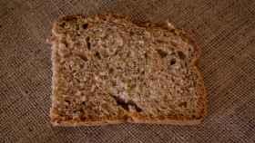 Una rebanada de pan integral.