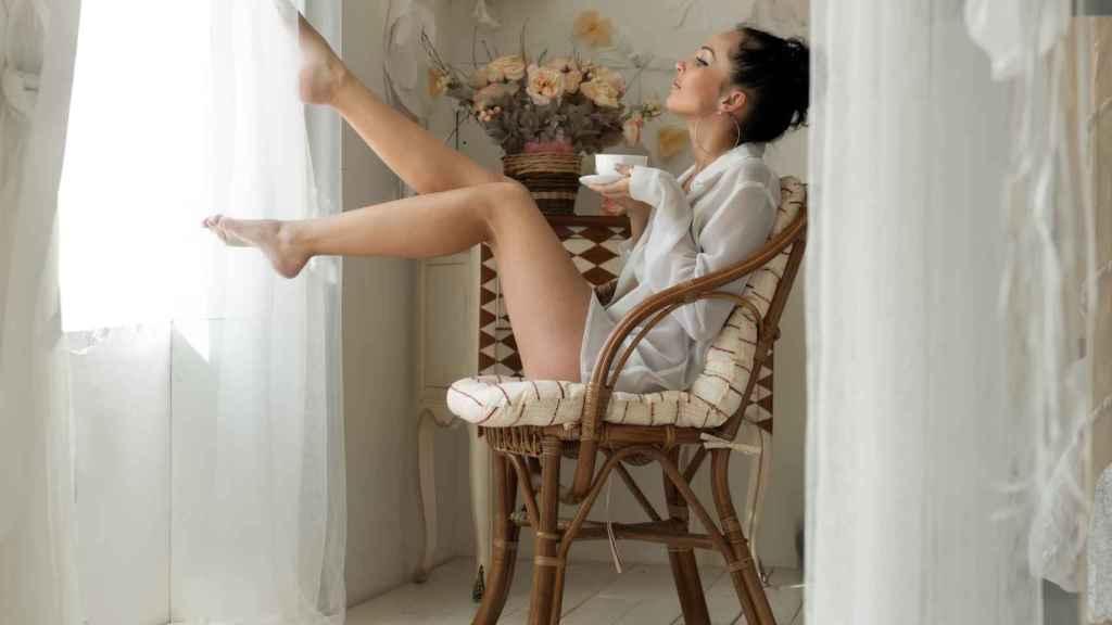 Una mujer tomando café.