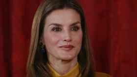 La reina Letizia apuesta por unos pendientes de Tous, en medio de la polémica