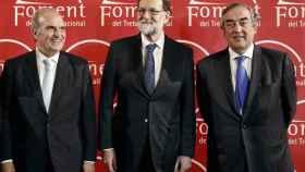 Mariano Rajoy, con el presidente de los empresarios catalanes, Gay de Montellà, y españoles, Rosell.