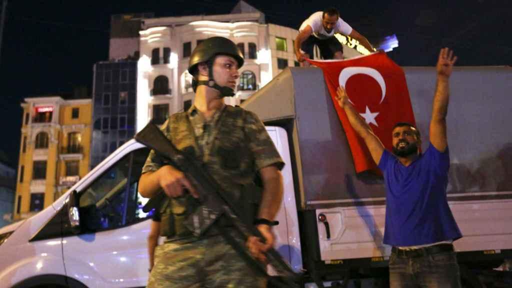 Ciudadanos turcos manifestándose contra el golpe en la plaza Taksim de Estambul.