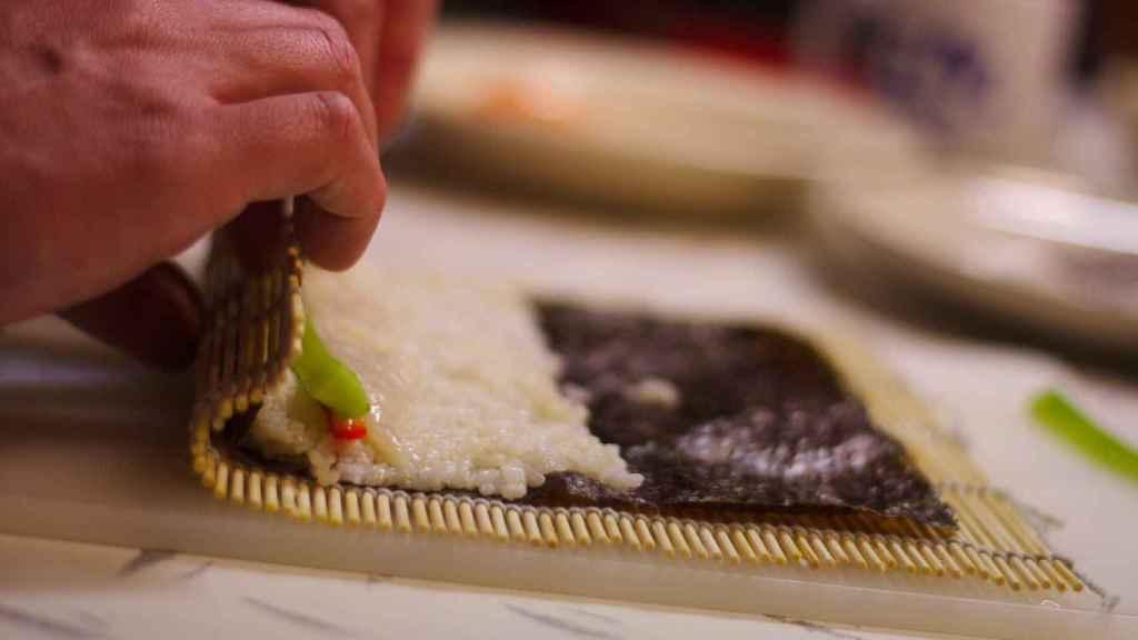 Ejemplo de cómo se enrollan los ingredientes con el nuri como base.