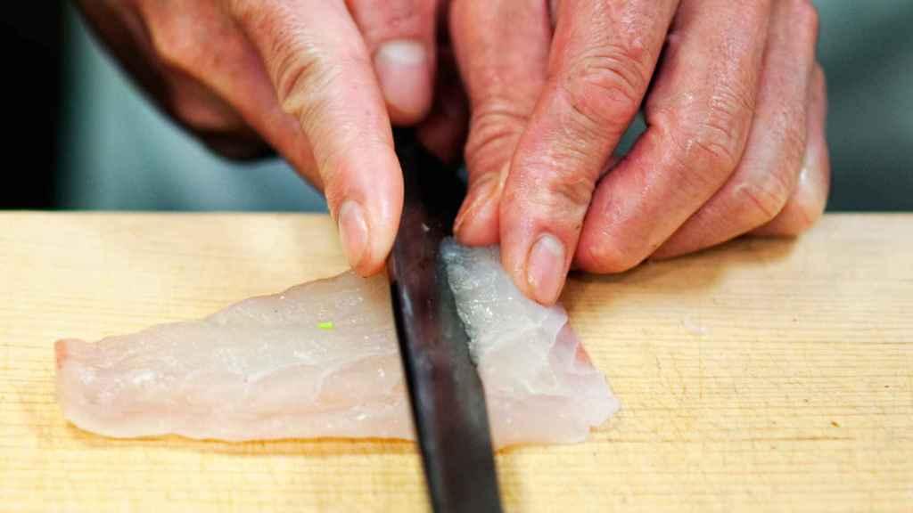 El pescado debe cortarse al bies para seccionar las fibras y que quede tierno.