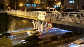 Cinco muñecos colgados en un puente de Pamplona con los rostros de los cinco acusados y la palabra 'justizia' (en euskera).