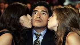 Maradona en el centro, siendo besado por sus hijas Giannina Dinorah (izq) y Dalma Nerea.