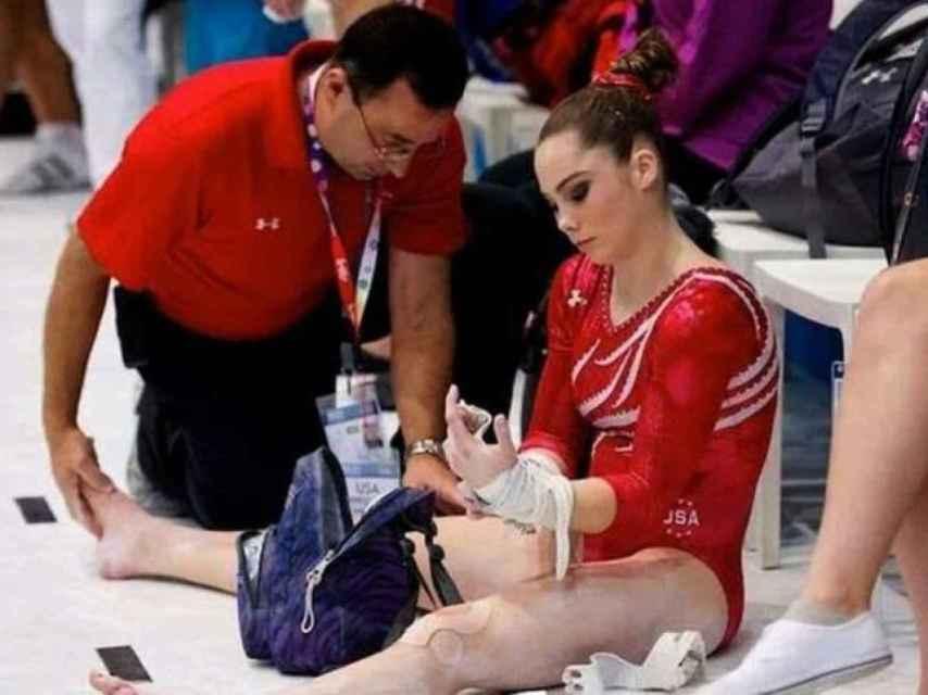 Larry Nassar atiende a una gimnasta del equipo estadounidense.