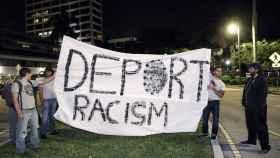 Pancarta en contra del racismo en Estados Unidos.