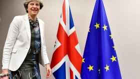 May quiere iniciar ya las negociaciones del futuro pacto comercial con la UE