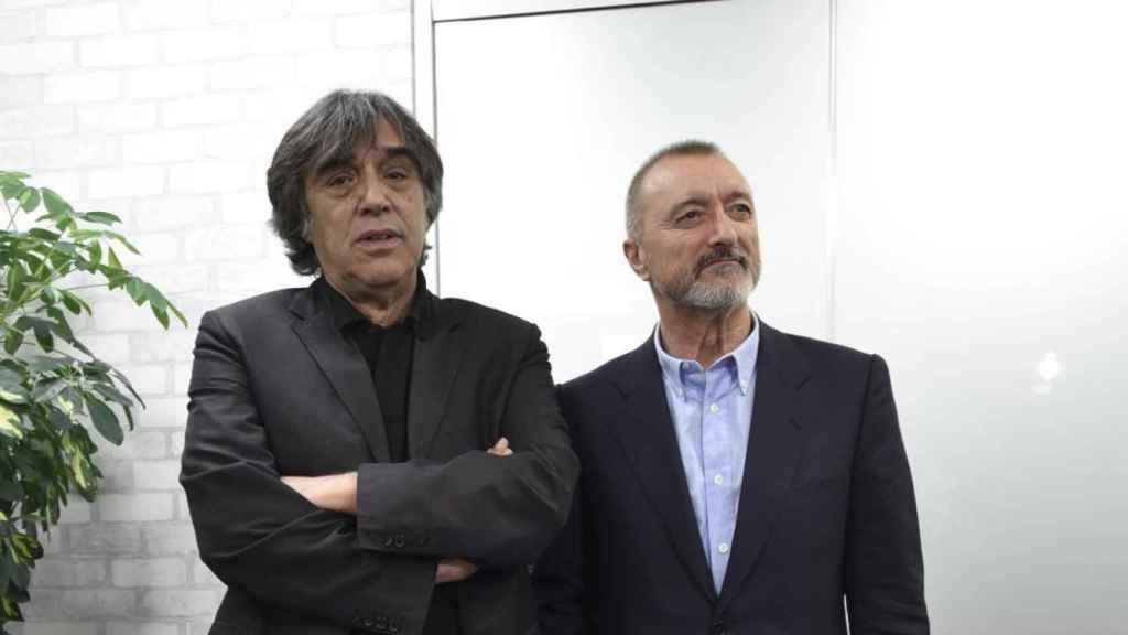 Díaz Yanes junto a Pérez Reverte, autor del relato en el que está basada 'Oro'