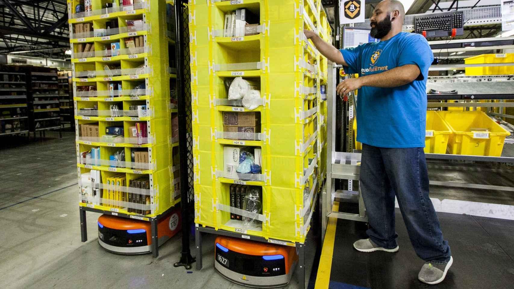 Un trabajador de Amazon en una de las plantas