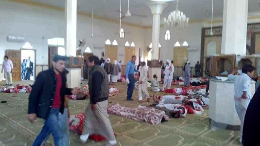 Varias personas permanecen junto a cuerpos sin vida en el interior de la mezquita en el Sinaí (Egipto)
