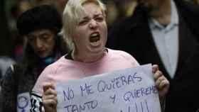 Una mujer sujeta un cartel contra la violencia machista durante una manifestación en Oviedo