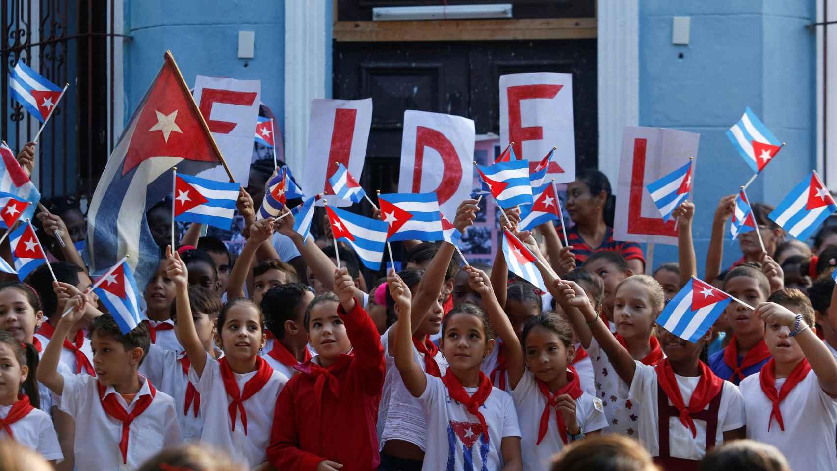 Un grupo de niños recuerdan a Fidel Castro un año después de su fallecimiento