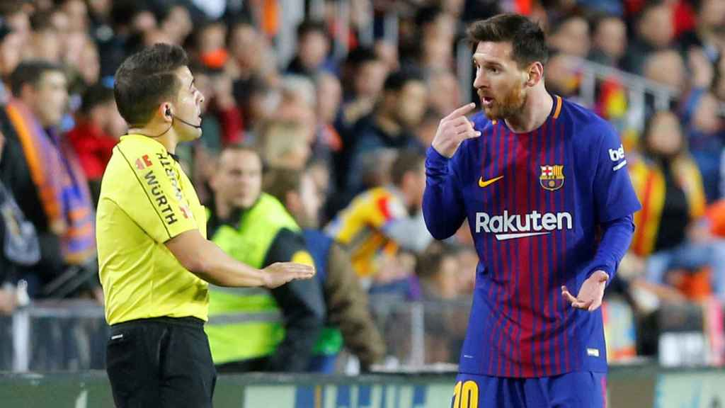 Messi protesta al linier del Valencia - Barcelona.