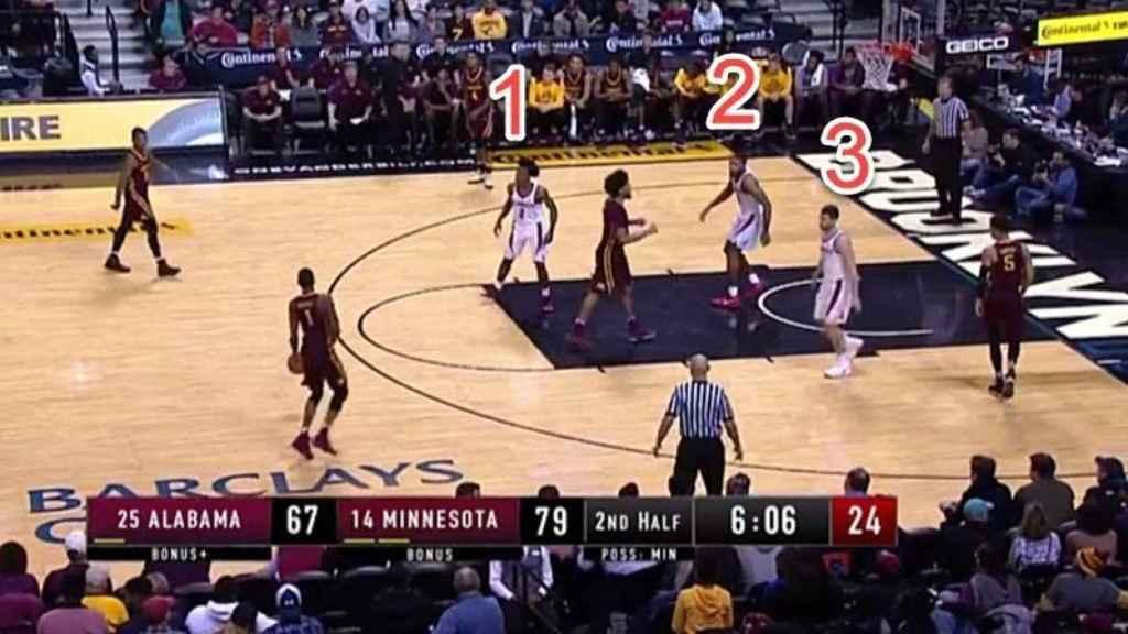 Surrealismo en el baloncesto universitario: ¡un equipo con tres jugadores en pista!