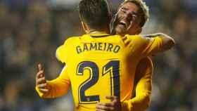 Gameiro y Griezmann celebran uno de los goles en el Ciutat de Valencia.
