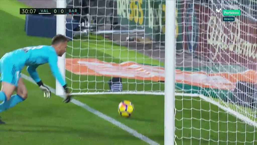 El gol que marcó el Barcelona en Mestalla y no le dieron por válido.