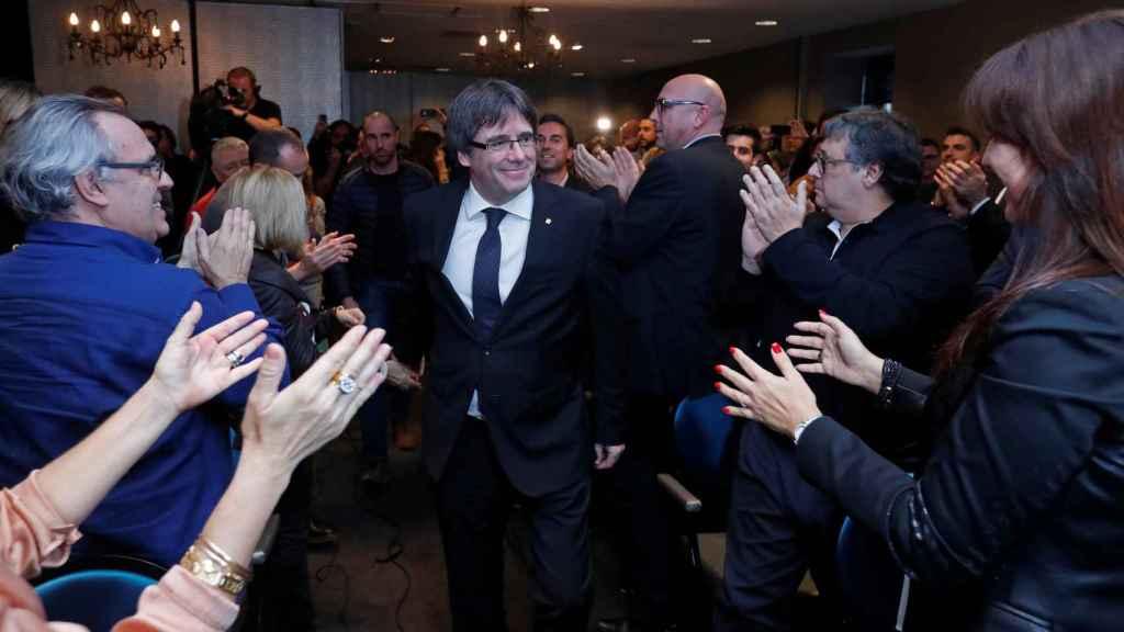 Puigdemont, arropado en Brujas por miembros de JxCat.
