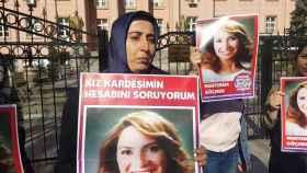 Muhterem Göçmen, asesinada por su marido en 2013, en un cartel que sostiene su hermana.