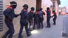 Un amplio dispositivo de Mossos d'Esquadra entrando en casa de Abdeslam