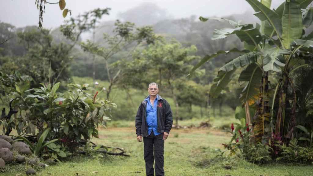 Pedro Alvarado es un héroe anónimo de la comunidad de Guatuso que ha dado a conocer el, cada vez más famoso, Río Celeste