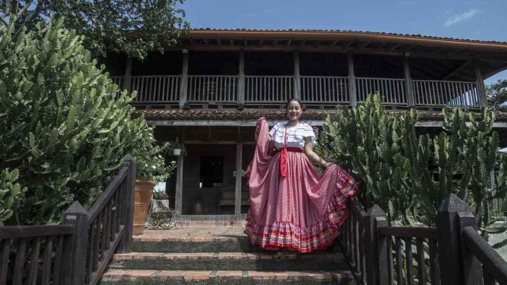 Rosarito posa con un vestido tradicional a las puertas del Ingenio El Abuelo