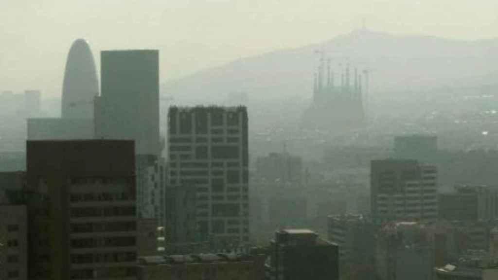 Un día de alta contaminación en Barcelona.