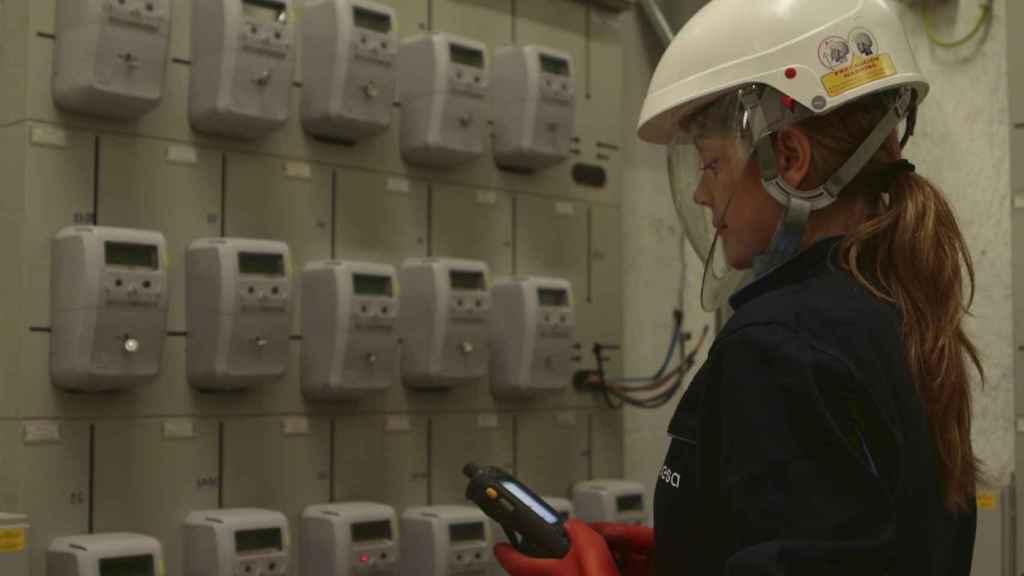 Imagen de una técnica revisando los contadores.