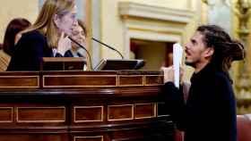 El diputado de Podemos Alberto Rodríguez conversa con la presidenta de la cámara, Ana Pastor, en el Congreso.