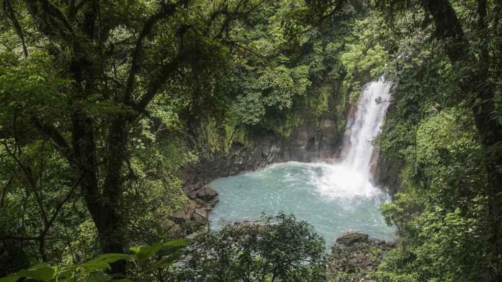 La catarata, en la que está prohibido el baño, es el principal atractivo de Río Celeste.