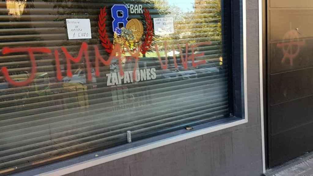 Una de las pintadas con las que amanecieron hoy varios establecimientos junto al Metropolitano.