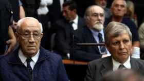 Jorge Acosta (i) y Alfredo Astiz (d) escuchan la sentencia del tribunal.