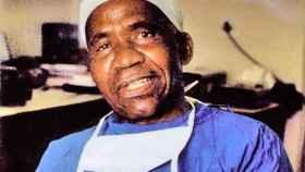 El médico y cirujano sudafricano Hamilton Naki.