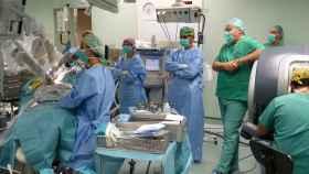 El robot Da Vinci colabora con los cirujanos en las intervenciones
