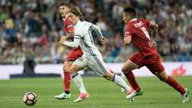 Modric se marcha de Kranevitter. Foto: Pedro Rodríguez / El Bernabéu