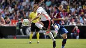 La jugadora del Valencia CF María Paz Vilas disputa un balón con Alharilla.