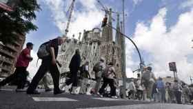 Turistas caminan por la Sagrada Familia en Barcelona.