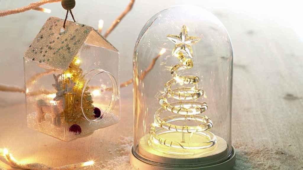 Decorar jarrones de cristal o llenar de magia estanterías con accesorios que se iluminan da un aspecto mucho más acogedor.